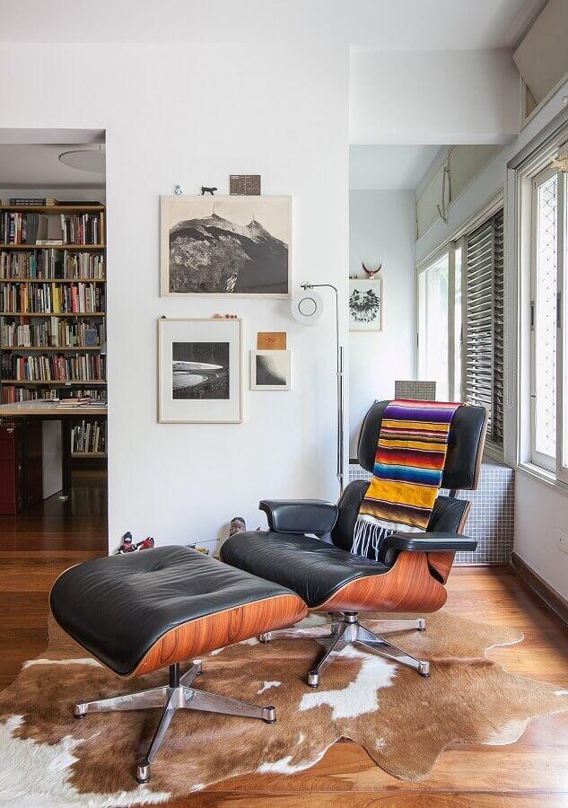 decoração com tapete de couro e puff preto para poltrona confortável Foto Histórias de Casa