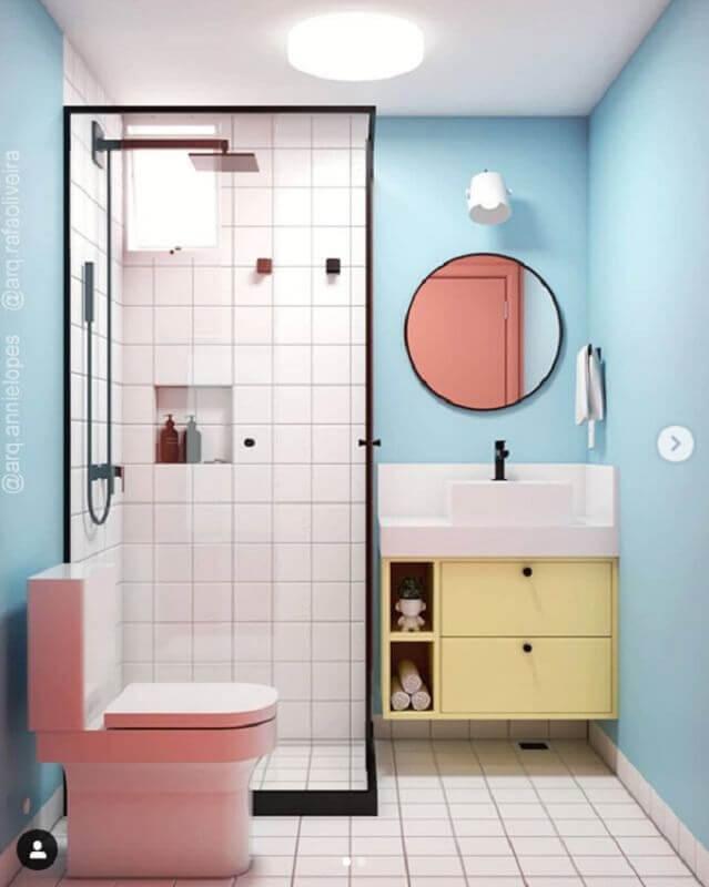 decoração de banheiro azul com gabinete amarelo e vaso cor de rosa Foto Pinterest