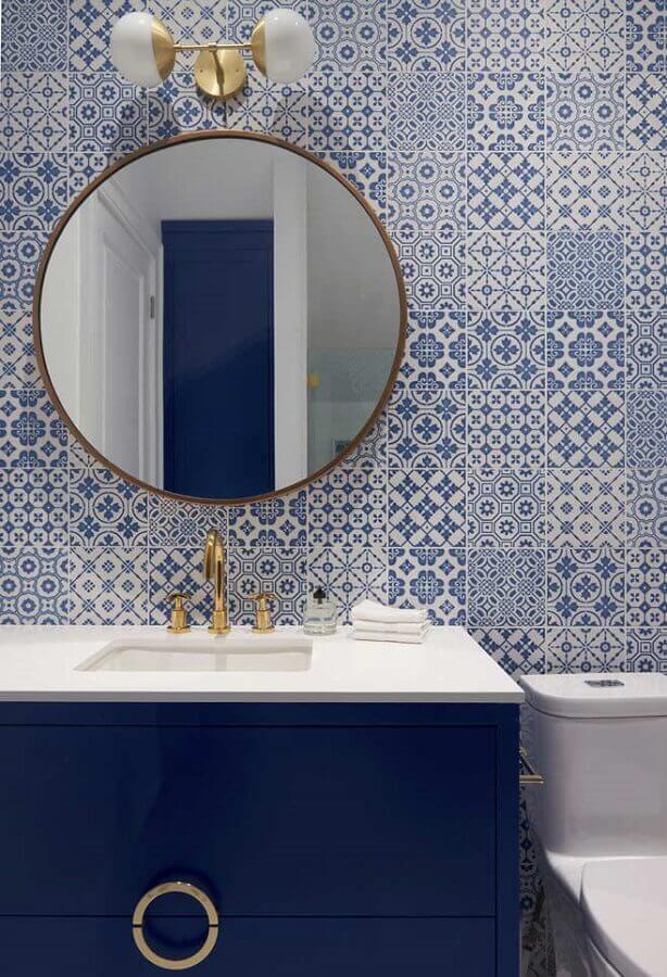 decoração de banheiro azul e branco com detalhes em dourado Foto Houzz