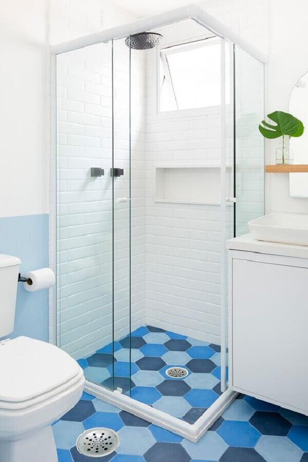 decoração de banheiro azul e branco com piso hexagonal Foto Apartmento 203