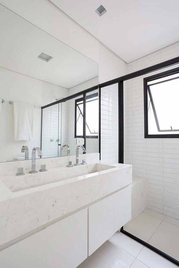 Decoração de banheiro branco com bancada de mármore