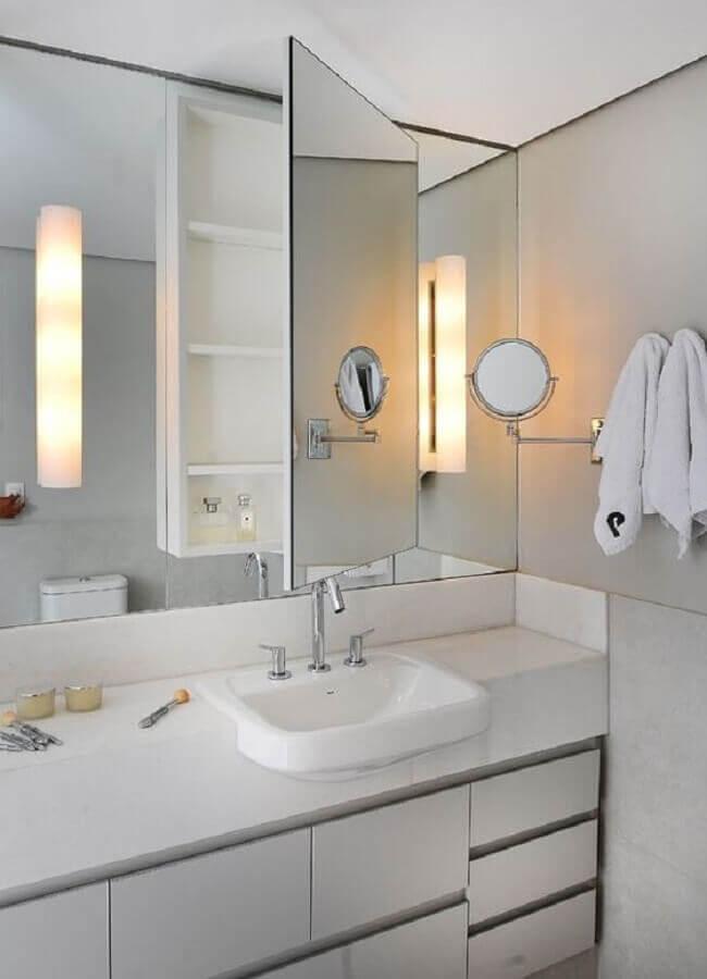 Decoração de banheiro branco com espelheira e gabinete planejado