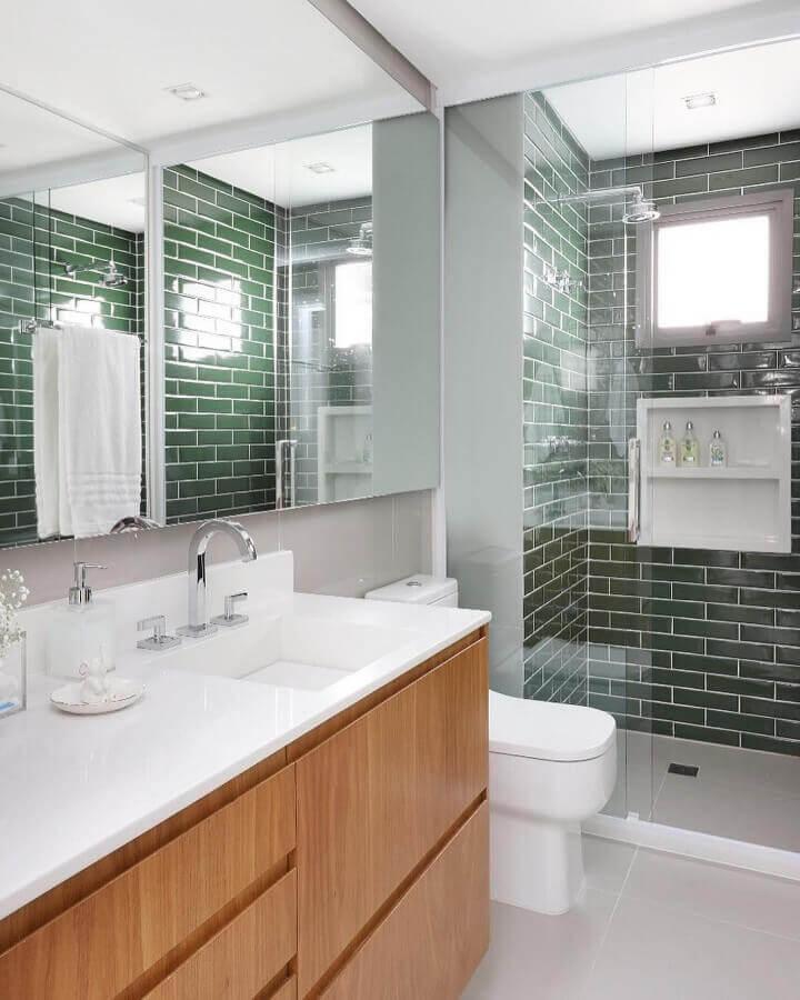 decoração de banheiro com revestimento verde oliva para área do box  Foto GR Projetos