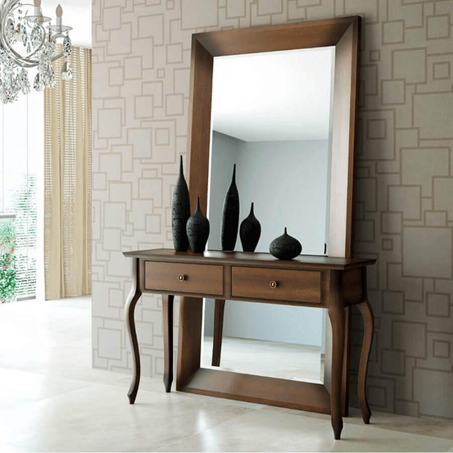 Decoração de corredor com aparador com espelho grande atrás