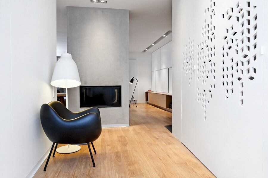 Decoração de corredor com poltrona preta moderna