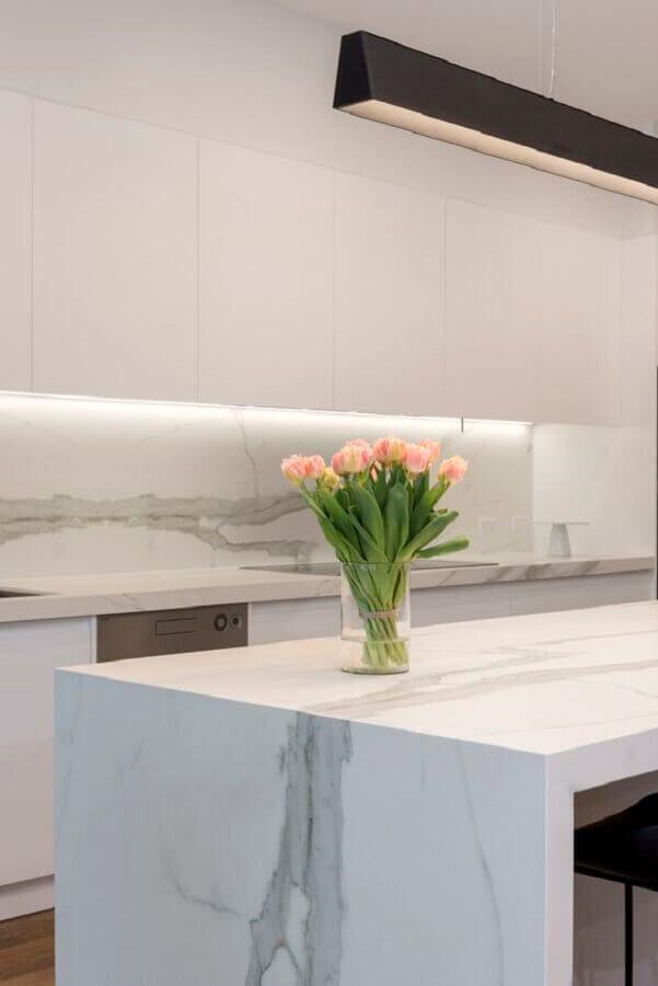 Decoração de cozinha branca com bancada de mármore