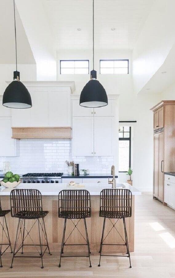 Decoração de cozinha branca com banquetas modernas para bancada