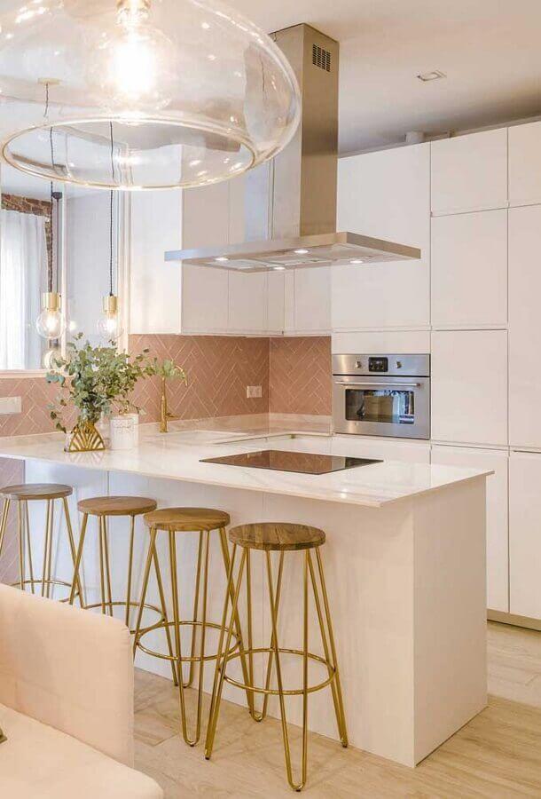 Decoração de cozinha branca com banquetas para bancada de madeira