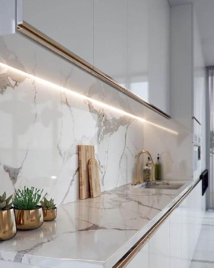Decoração de cozinha branca com pedra de mármore para bancada