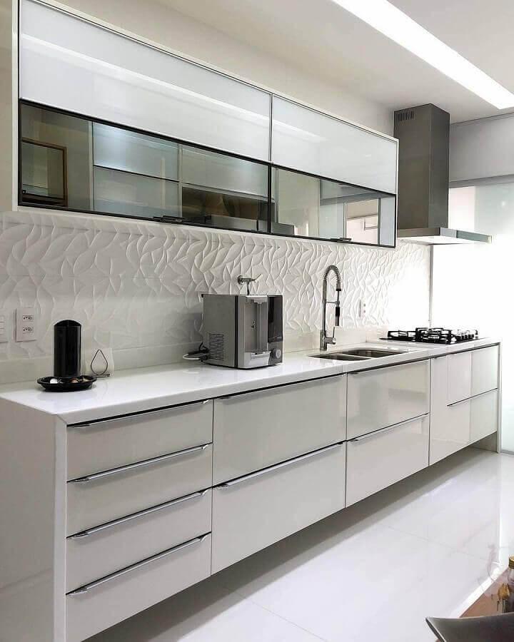 decoração de cozinha branca com revestimento 3D e armário aéreo com porta espelhada Foto Dicas de Mulher