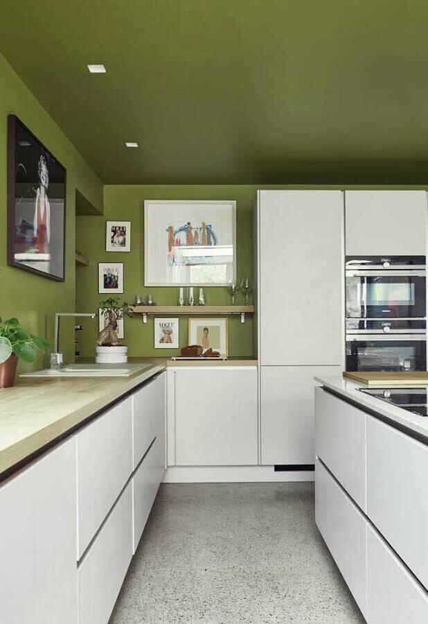 decoração de cozinha branca com teto e parede verde oliva  Foto HomeDeco