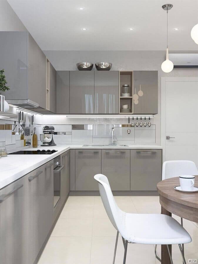 decoração de cozinha cinza e branca com armário aéreo de canto  Foto Pinterest