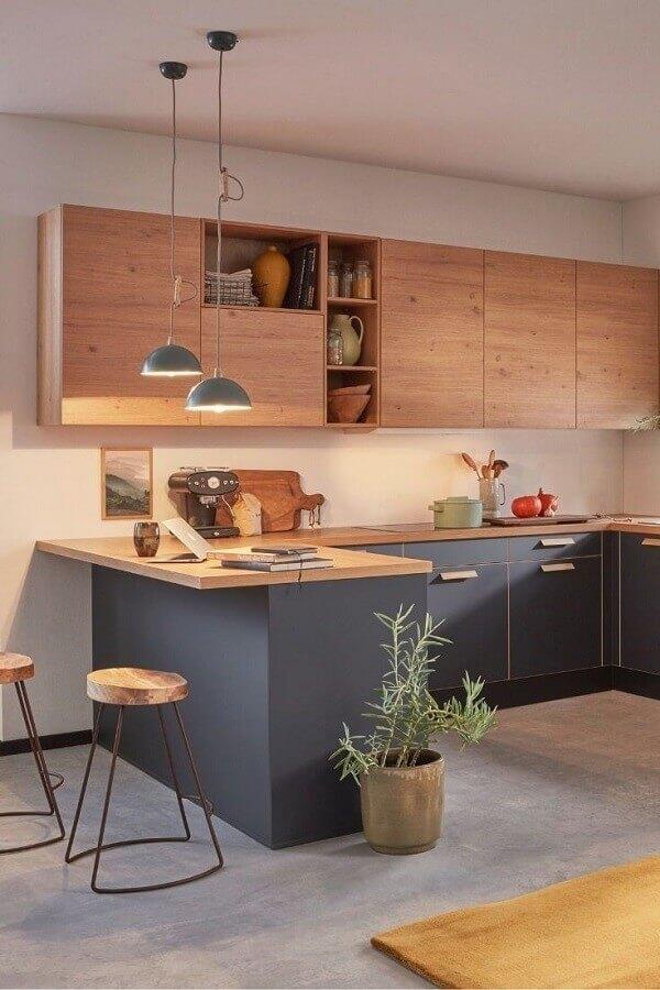 decoração de cozinha cinza planejada com armário aéreo madeira Foto Apartment Therapy