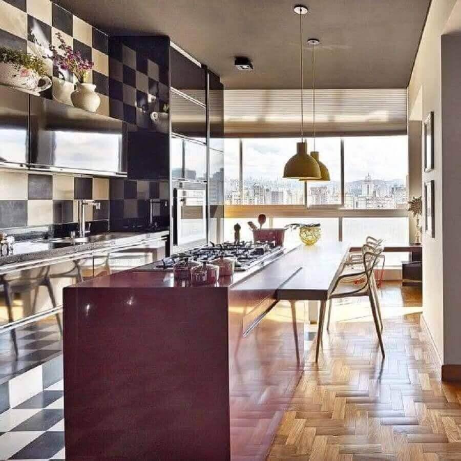 decoração de cozinha gourmet com ilha planejada com cooktop e bancada de madeira Foto Pinterest