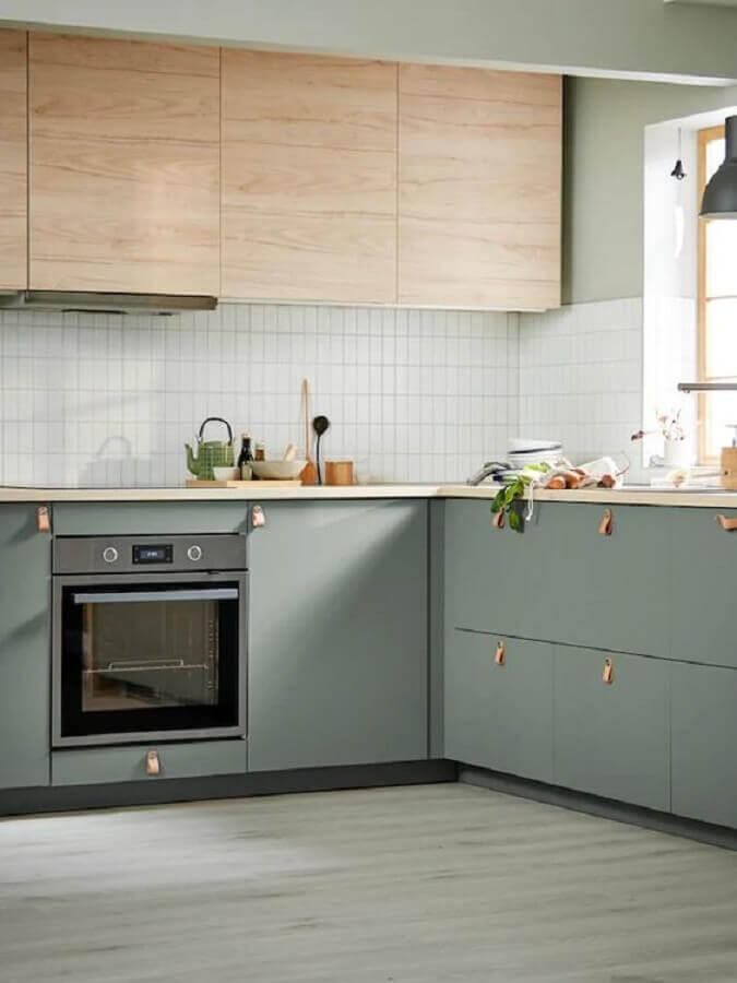 Decoração de cozinha moderna com armário aéreo de madeira e gabinete na cor verde claro
