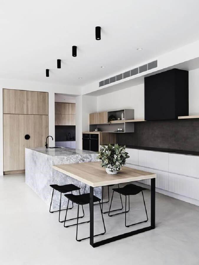 decoração de cozinha moderna com ilha gourmet de mármore com mesa integrada Foto Elle Decor