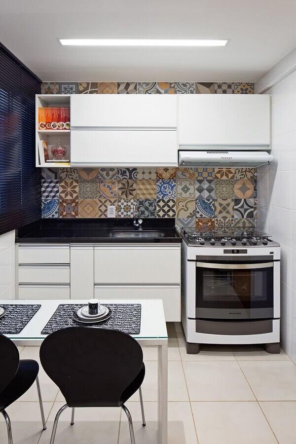 decoração de cozinha pequena com armário aéreo e adesivo para azulejo  Foto Pinterest
