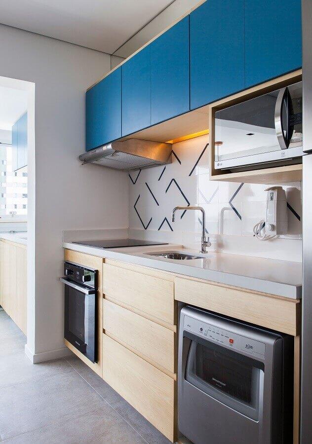 decoração de cozinha pequena com gabinete de madeira e armário aéreo azul  Foto ArchDaily