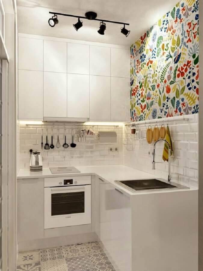 decoração de cozinha pequena com papel de parede e armário aéreo com LED Foto Casa de Valentina