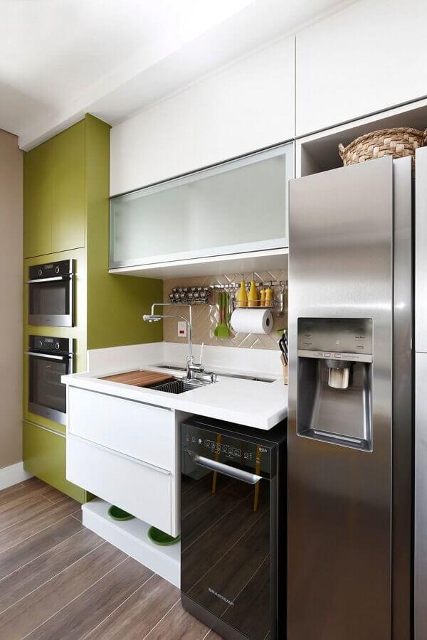 Decoração de cozinha pequena com torre quente planejada na cor verde musgo