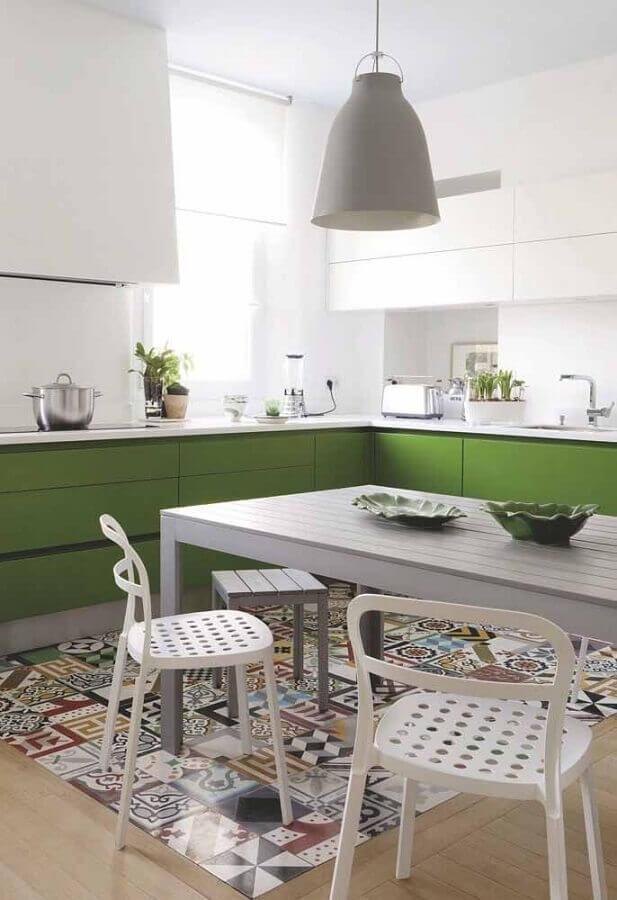 Decoração de cozinha planejada branca com piso antigo e armários na cor verde musgo