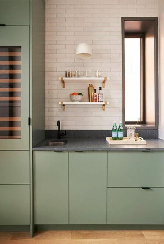 Decoração de cozinha planejada com armário na cor verde musgo