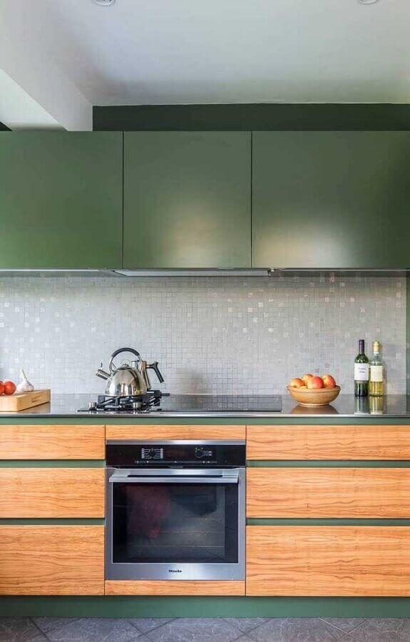Decoração de cozinha planejada com armário na cor verde musgo com portas de madeira