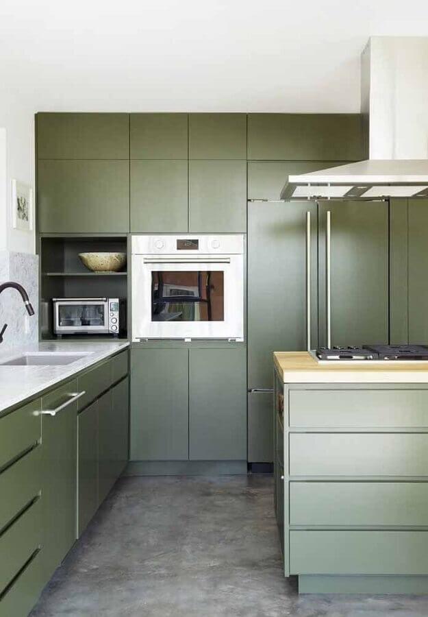 decoração de cozinha planejada moderna com armários na cor verde oliva  Foto Casinha Colorida