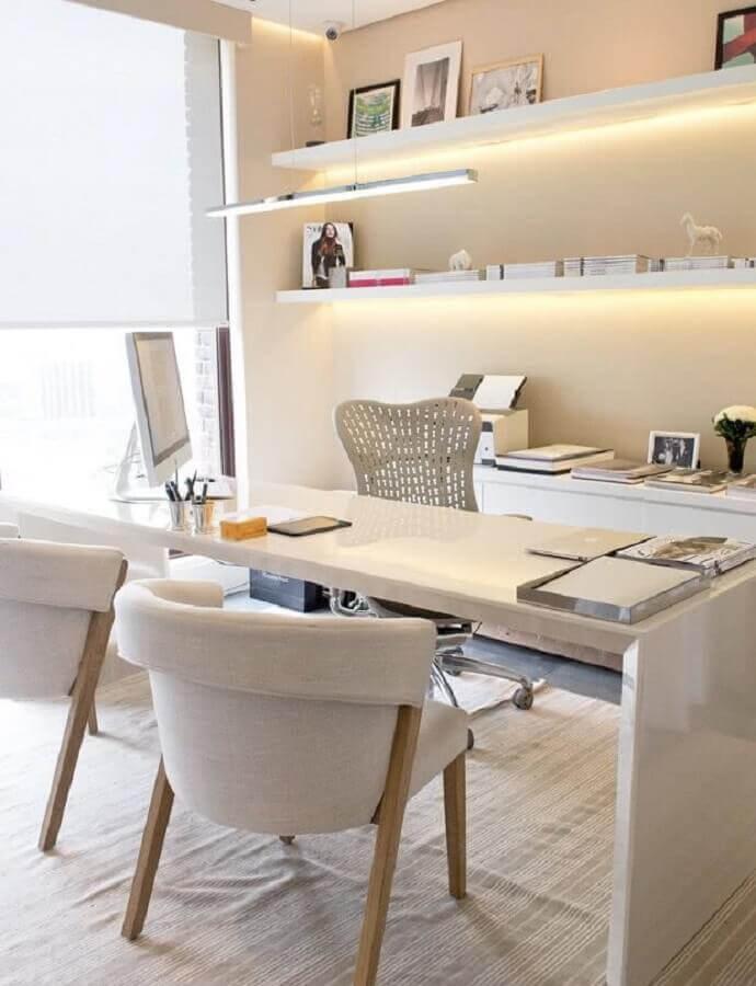 decoração de escritório em cores claras com cadeira acolchoada confortável Foto Jeito de Casa