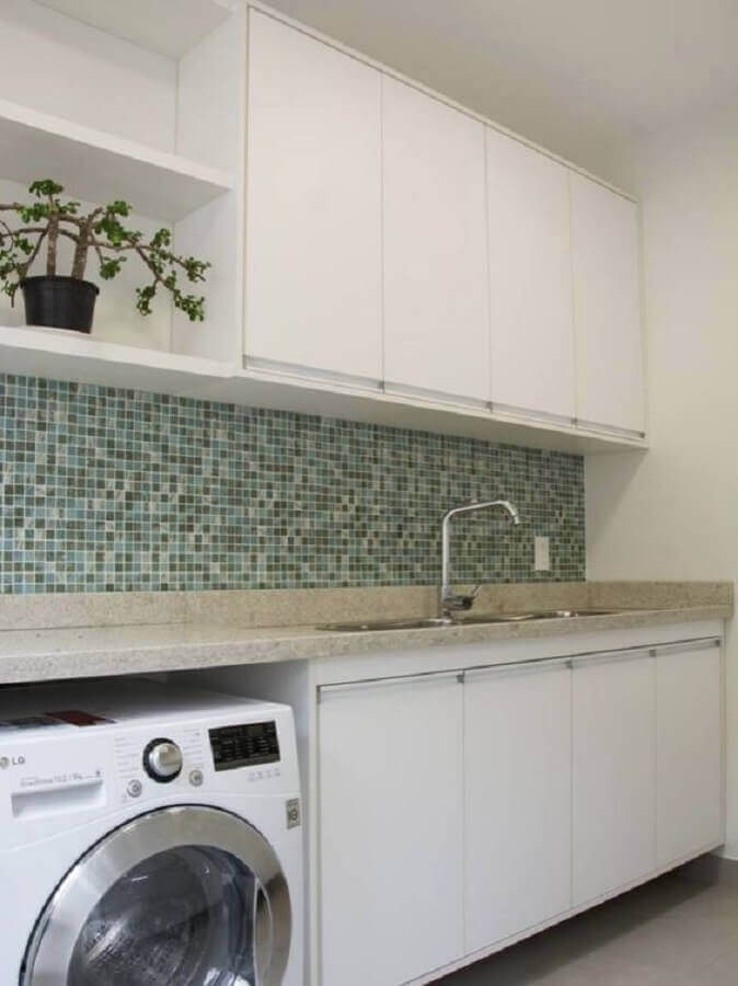 decoração de lavanderia branca com armário aéreo com nicho Foto Pinterest