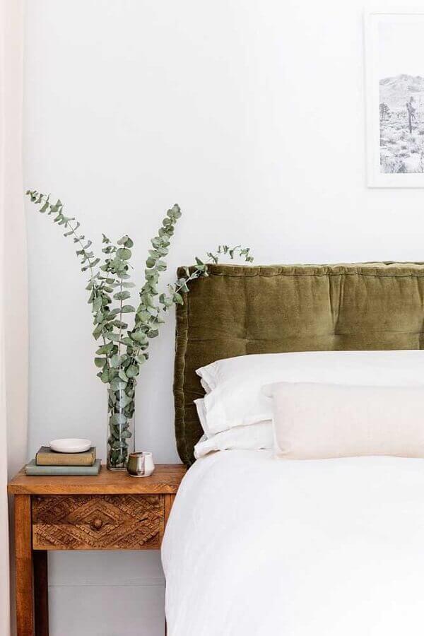decoração de quarto branco com cabeceira estofada verde oliva  Foto The Home Issue