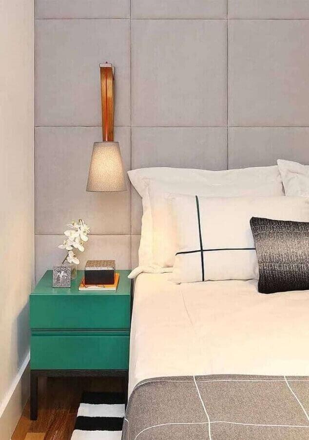 Decoração de quarto cinza moderno com criado mudo na cor verde esmeralda