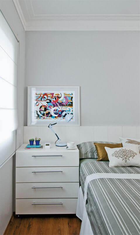 Decoração de quarto com criado mudo e cabeceira branca