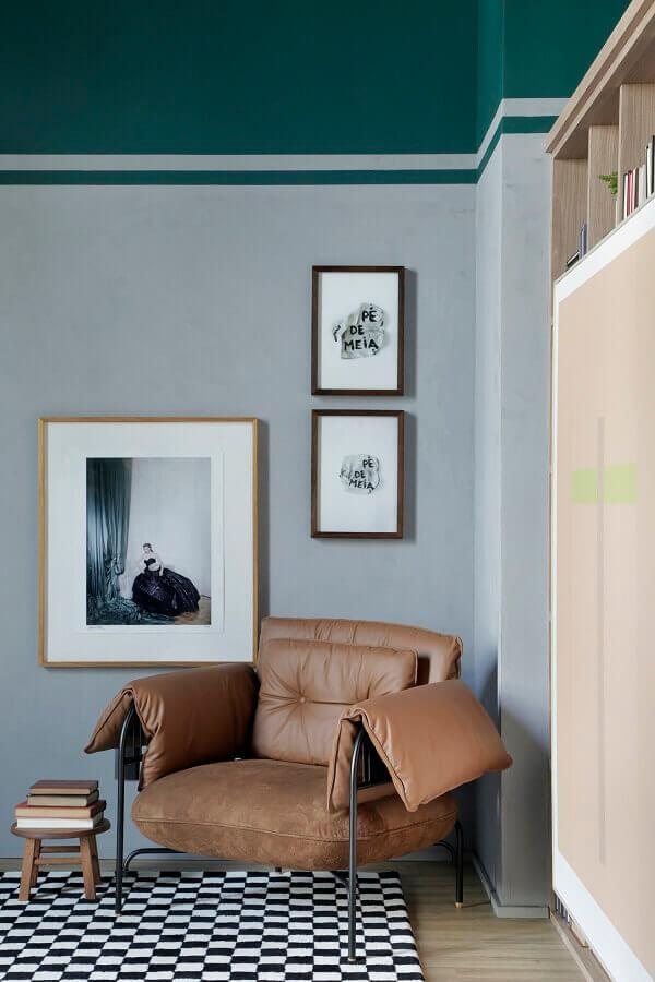 decoração de quarto com poltrona marrom moderna Foto Apartamento 203