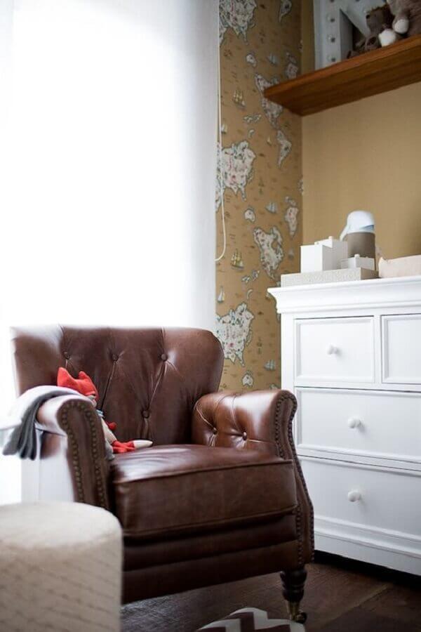decoração de quarto de bebê com poltrona marrom escura clássica Foto Pinterest