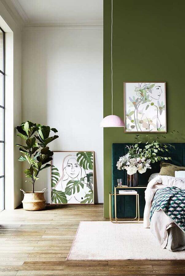 decoração de quarto de casal com parede verde oliva e luminária pendente  Foto Home Fashion Trend