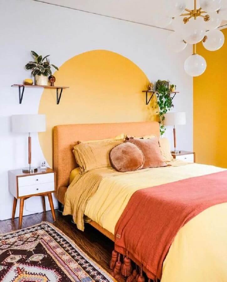 Decoração de quarto de casal simples branco e amarelo com criado mudo retro