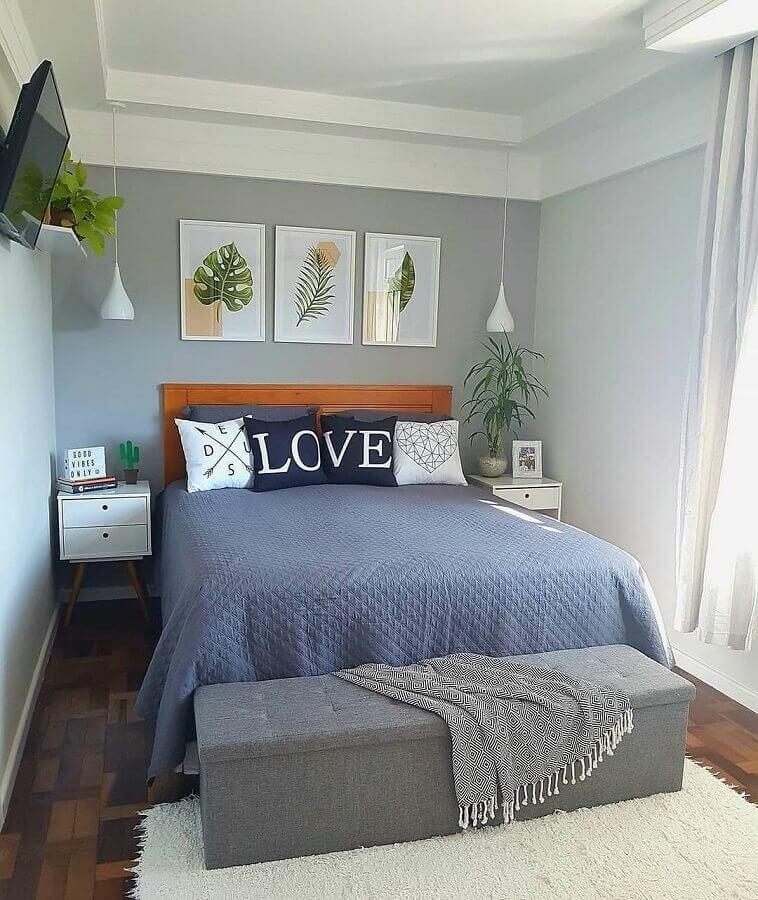 Decoração de quarto de casal simples cinza com cabeceira de madeira