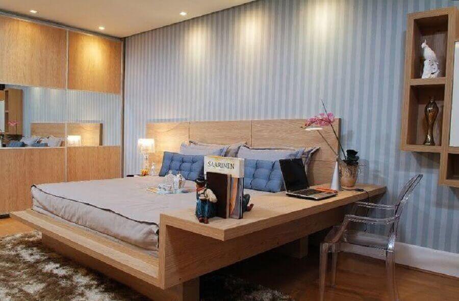 Decoração de quarto de casal simples com cama de madeira planejada com escrivaninha