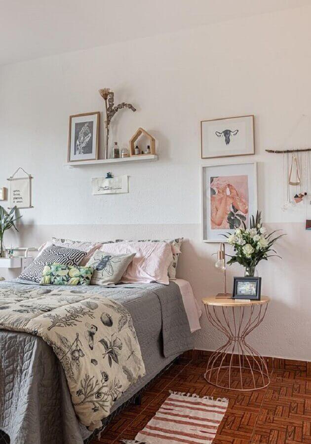 Decoração de quarto de casal simples com mesa lateral redonda
