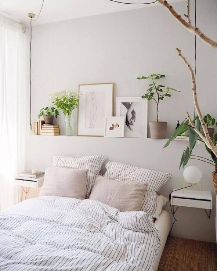 Decoração de quarto de casal simples com vasos de plantas e criado mudo suspenso