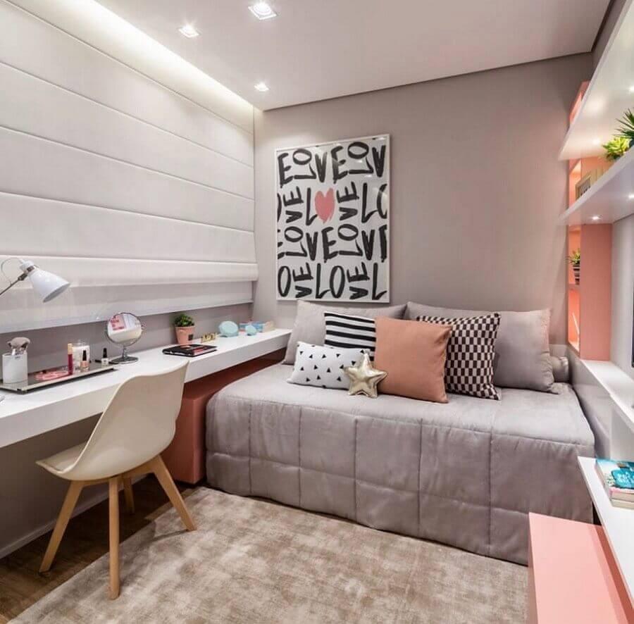 Decoração de quarto feminino pequeno cinza e rosa com bancada de estudos planejada