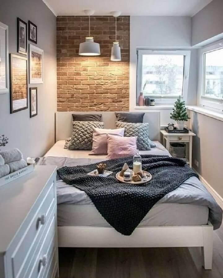 Decoração de quarto feminino pequeno com parede tijolinho