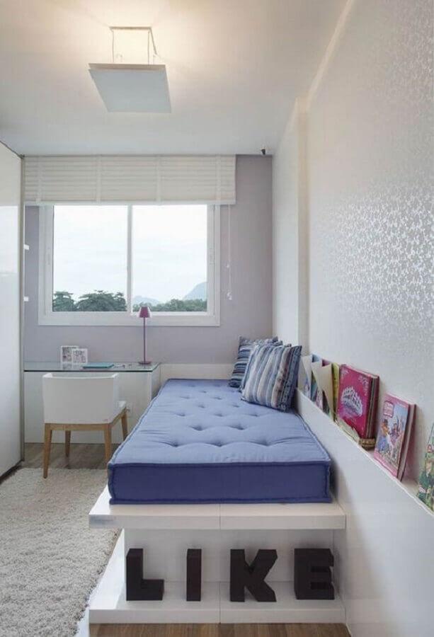 Decoração de quarto feminino pequeno todo branco com escrivaninha de vidro e cama planejada
