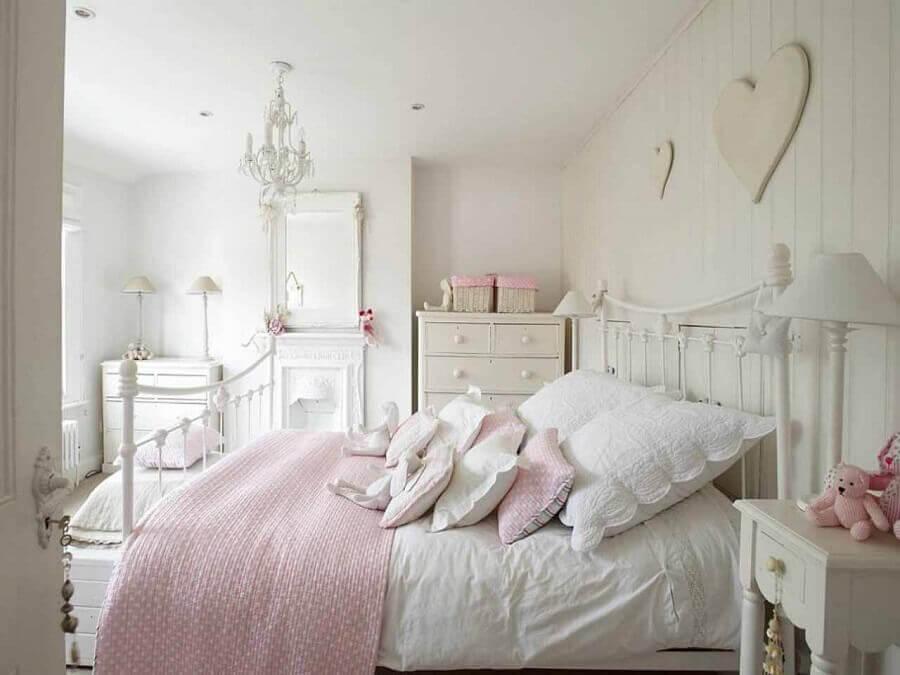 Decoração de quarto feminino romântico com cabeceira branca de ferro