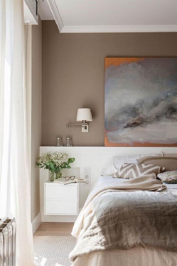 Decoração de quarto planejado com abajur de parede e cabeceira branca casal