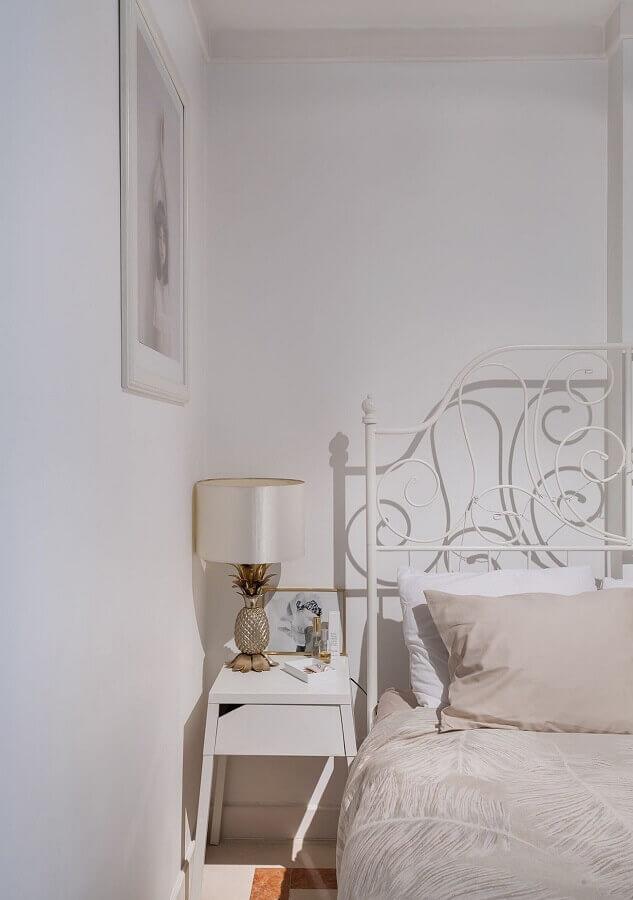 Decoração de quarto simples com cabeceira branca de ferro