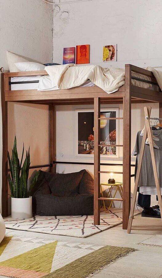 decoração de quarto simples com puff fofão preto embaixo de cama suspensa  Foto Jeito de Casa