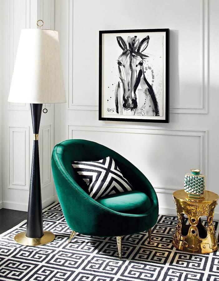 Decoração de sala branca com abajur de chão e poltrona na cor verde escuro