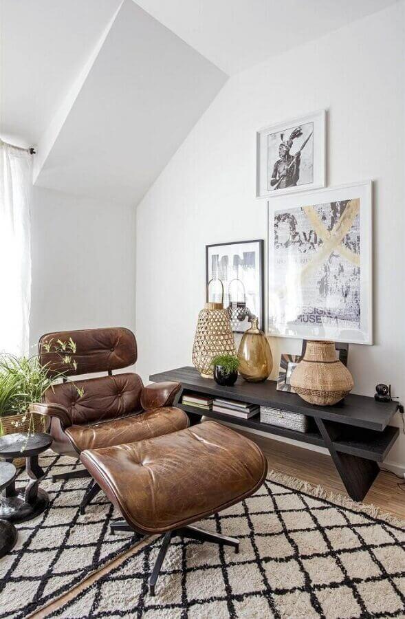 decoração de sala branca com aparador de madeira e poltrona marrom escuro Foto Pinterest